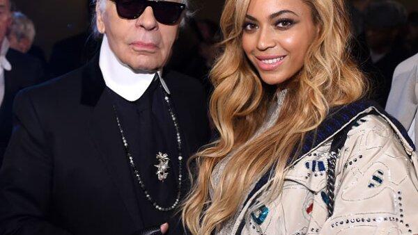 Beyoncé asistió al evento, en donde no perdió oportunidad de saludar a Karl Lagerfeld.