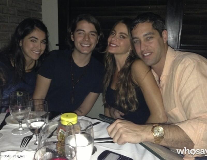 Sofía, con Nick, su hijo Manolo y una amiga.