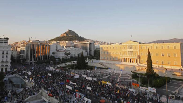 """Las personas rechazan las privatizaciones y pedían """"salvar"""" los puertos, la electricidad y los hospitales."""