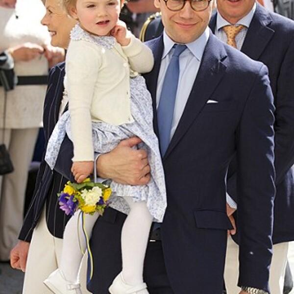 Daniel Westling está siempre al pendiente de su hija y es muy cariñoso con ella.