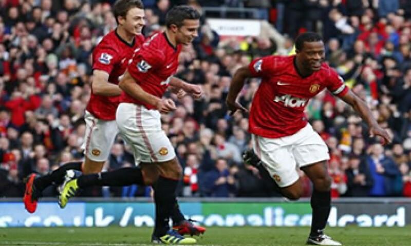 La familia Glazer, propietaria del Manchester United, pagó bonos por 100 mdd con lo que obtuvo de su cotización en la Bolsa. (Foto: Reuters)