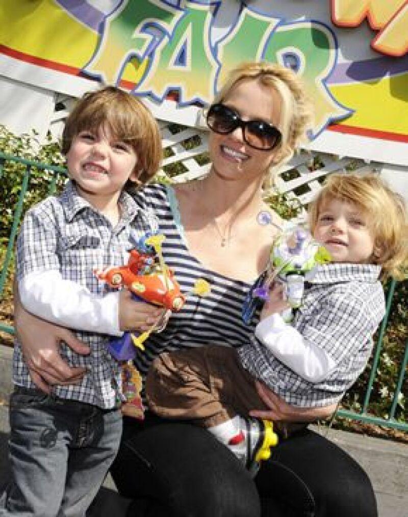 La cantante asistió a un hospital infantil de Miami para platicar y jugar con los pequeños que se encuentran internos.