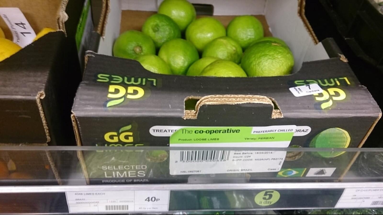 En Londres los limones son más caros que en México. Esta foto muestra cítricos importados de Brasil por  la cadena Co-Op, en el sureste de Londres, cerca de Greenwich