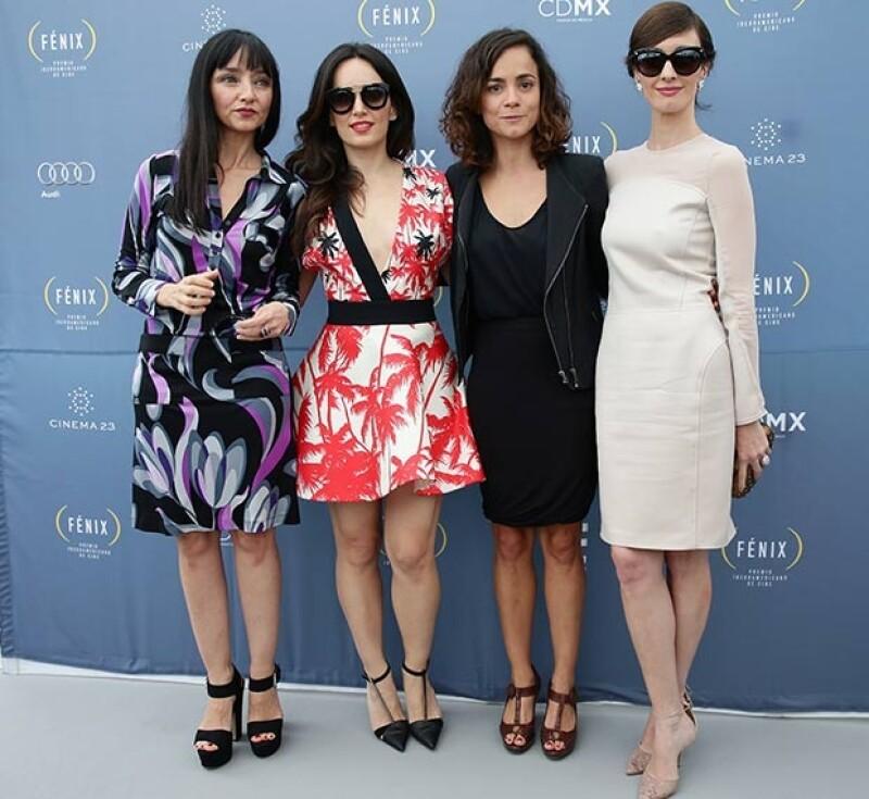 La actriz brilló al lucir un escotado vestido blanco con motivos florales. Aquí la vemos en compañía de Maria de Medeiros, Alice Braga y Paz Vega.