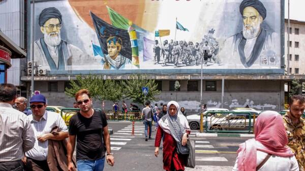 Vida cotidiana en una calle de Teherán, Irán.