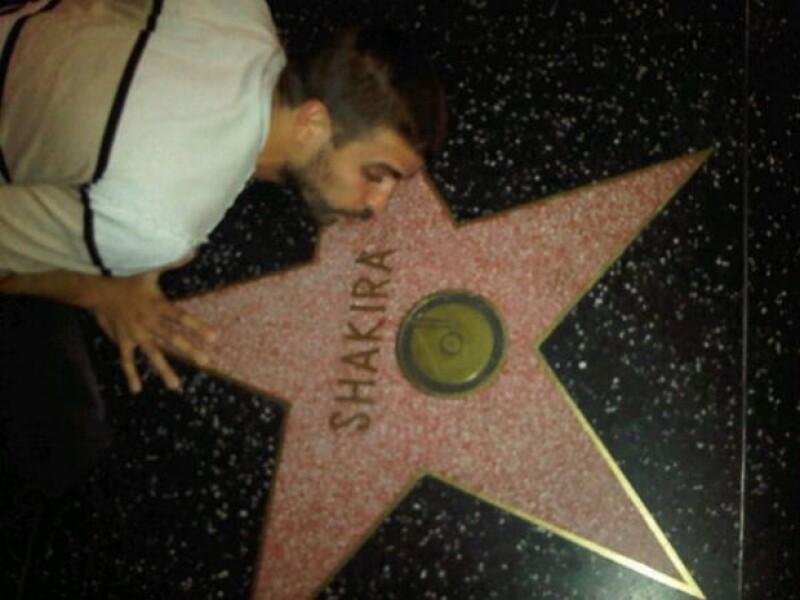 El futbolista viajó a California para estar con su pareja e hijo. Mientras recorría la ciudad, Gerard decidió pasar por la estrella de la cantante, la cual besó.