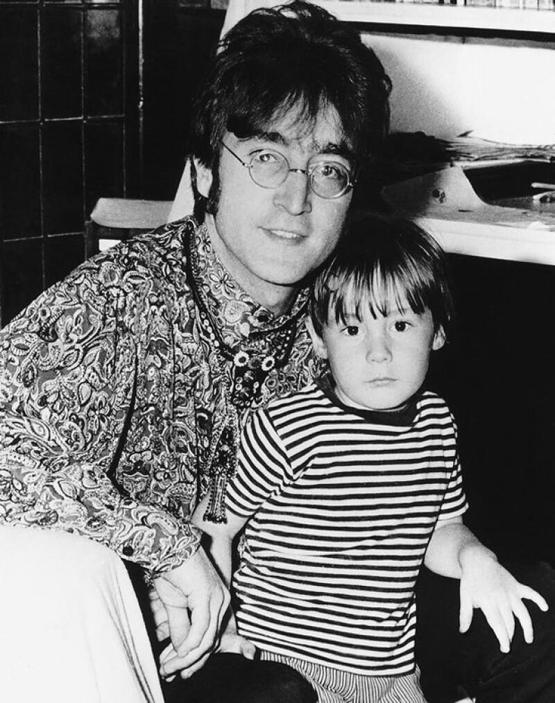John, quien murió en 1980, posa aquí con el pequeño Julian.