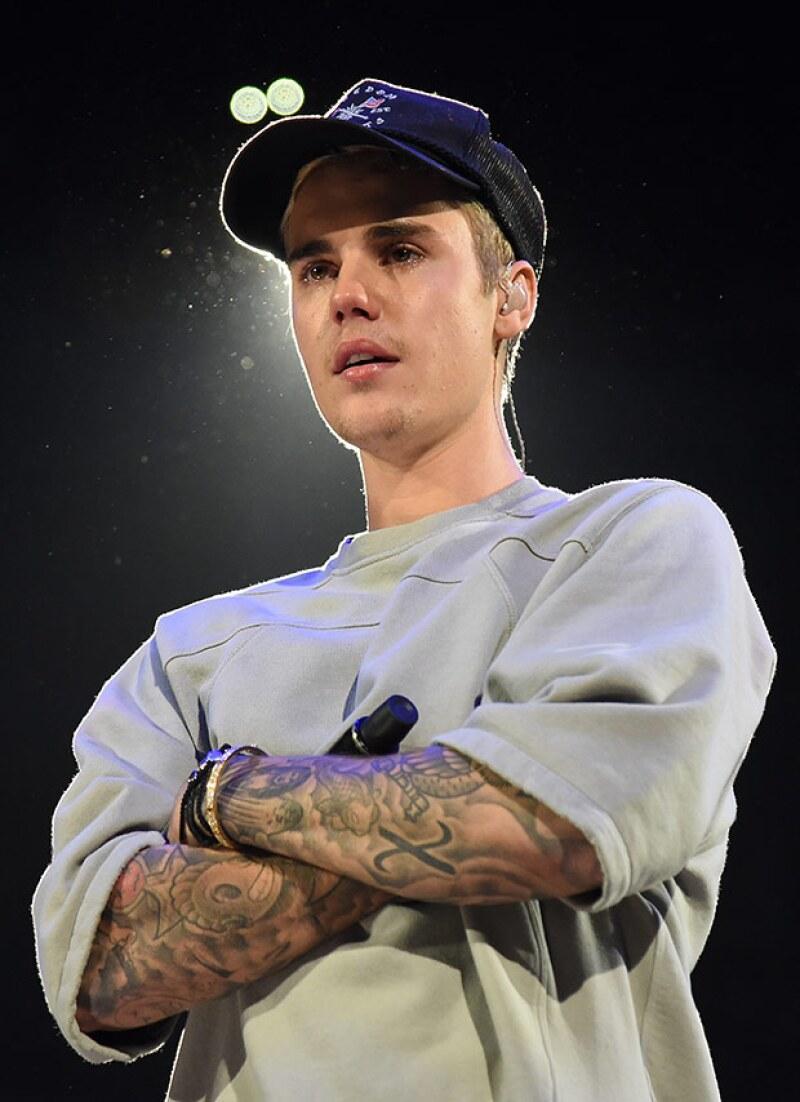 El cantante realizó una oración por las víctimas del atentado terrorista y después llora al interpretar una de sus canciones, abandonando el escenario momentos después.