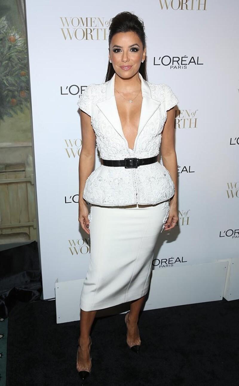 Eva Longoria destacó con un conjunto en color blanco.