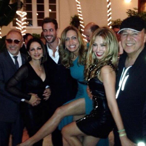 (izquierda a derecha) Emilio y Gloria Estefan, William Levy, Lili Estefan, Thalía y Tommy Mottola.