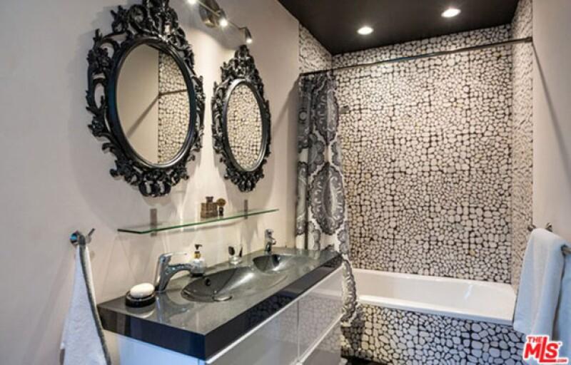 La casa además de los baños, también cuenta con jacuzzi.