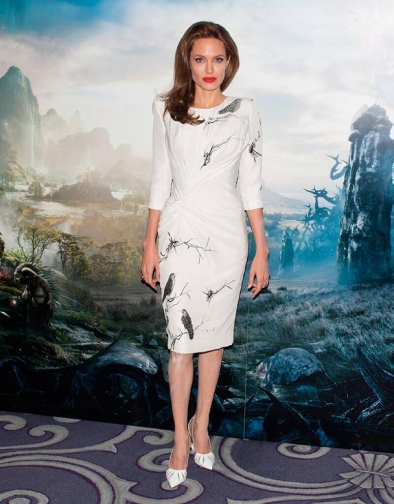 Hace unas semanas Jolie también lució manchas de polvo traslúcido en un evento en Londres.