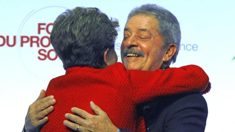 Lula y Dilma se abrazan