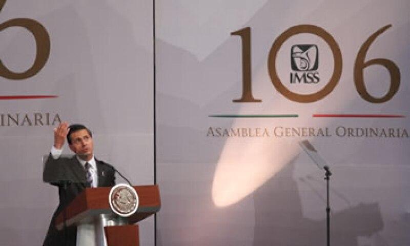El IMSS mantendrá su carácter público, afirmó Peña Nieto. (Foto: Cuartoscuro )
