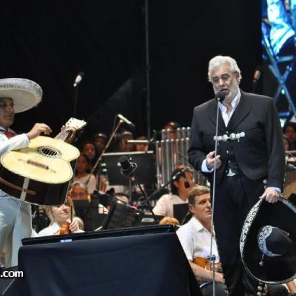 La sorpresa de la noche llegó cuando el tenor se vistió de charro para interpretar temas clásicos mexicanos.