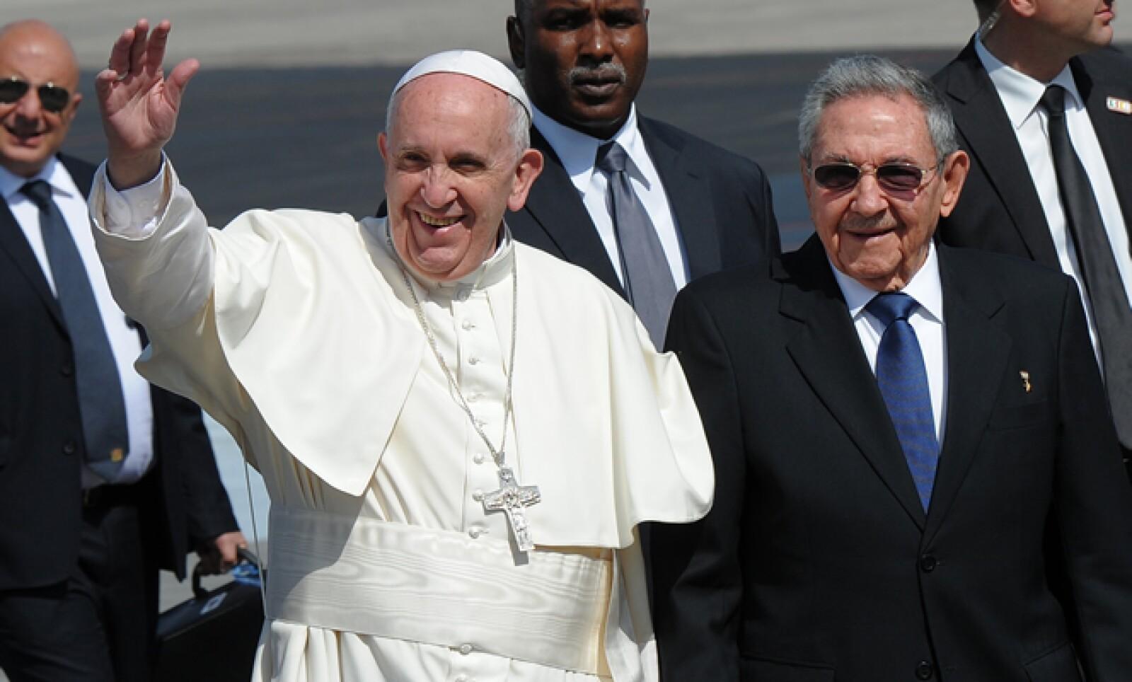 El pontífice fue recibido por el mandatario Raúl Castro a su llegada a suelo cubano.