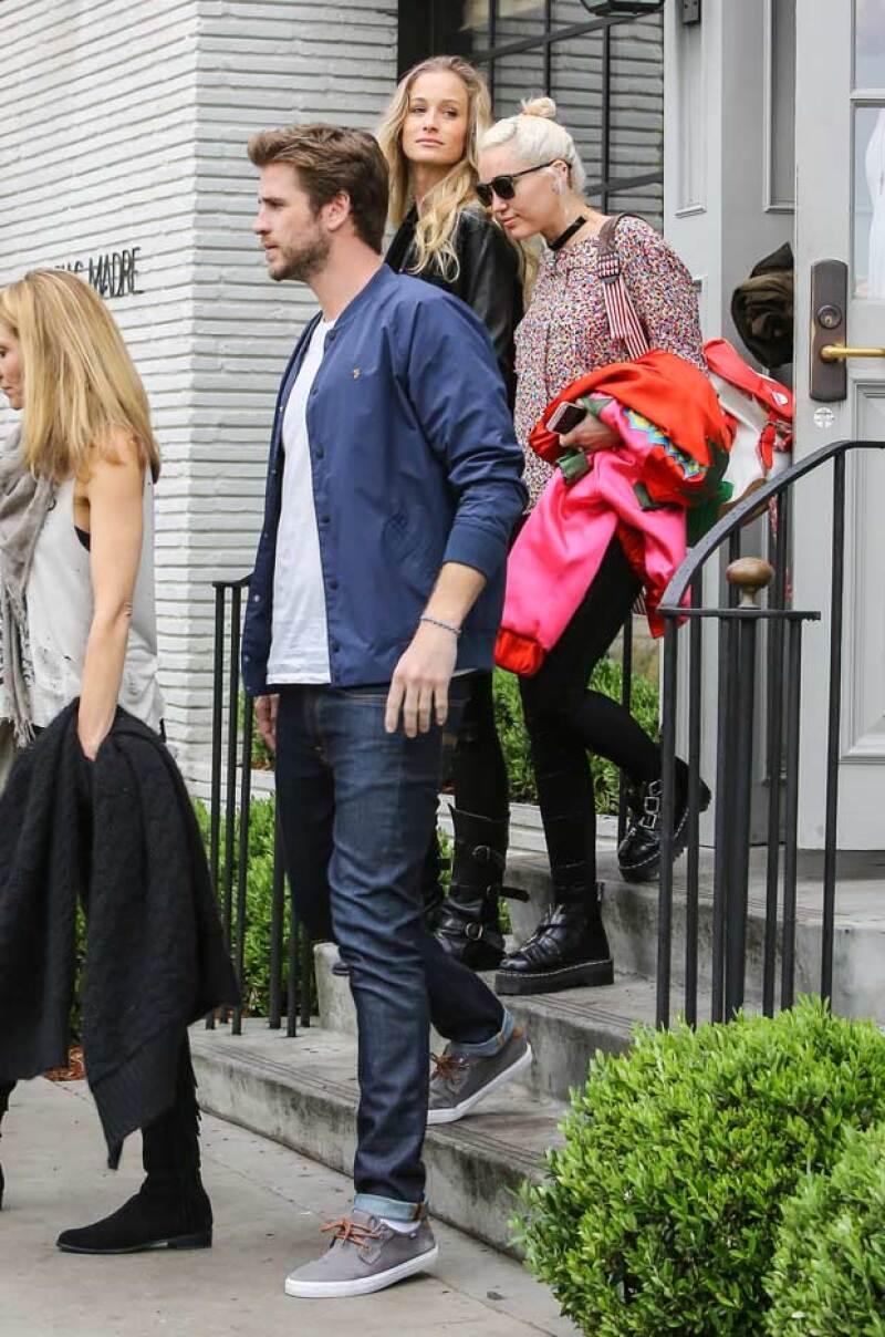 Miley y Liam fueron captados saliendo juntos del restaurante Gracias Madre, en West Hollywood, donde estuvieron con la familia de él.