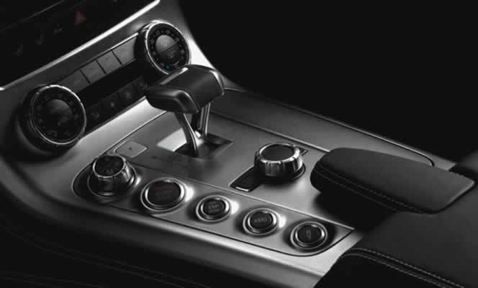 En concordancia con un avión, el centro de la alargada consola metálica es de color mate y la palanca selectora de la caja de cambios se asemeja a la del control de empuje de una aeronave.