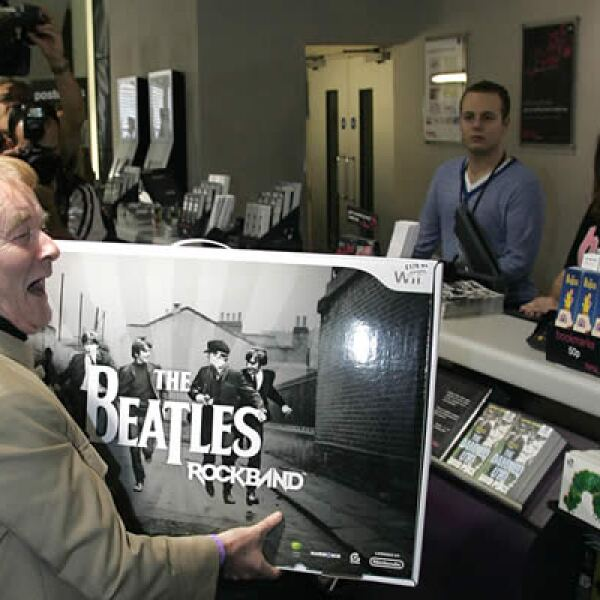 """El miércoles 9 se lanzaron los nuevos discos remasterizados de Los Beatles y el videojuego """"The Beatles: Rock Band"""". En una tienda HMV de Londres el primer comprador, Alan Harrington, esperó desde las 3 am."""
