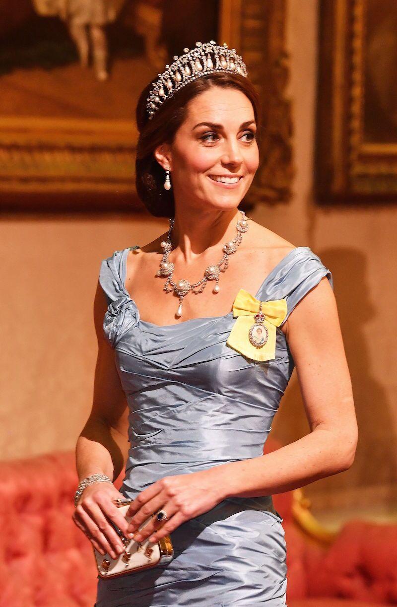 Kate Middleton complementó su look con joyas de la colección de la familia real.