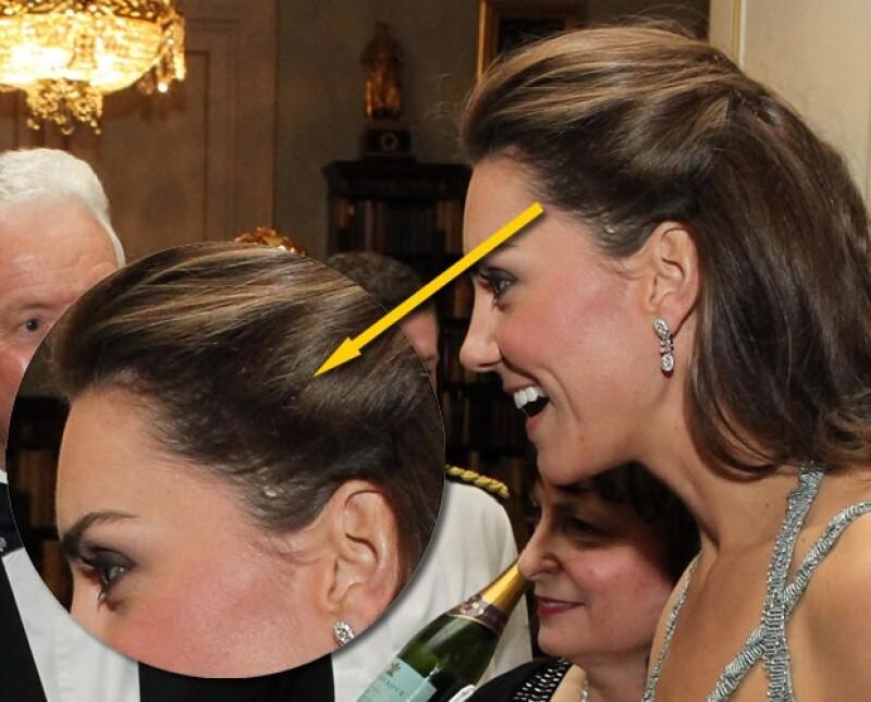 La duquesa de Cambridge acudió –por primera vez- a un evento en lugar de su suegro y para su look sofisticado usó unas, no tan discretas, extensiones de pelo.