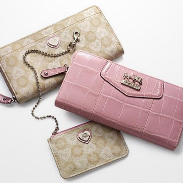 Un set completo con monedero y cartera que combina los colores de la temporada, rosa y beige.