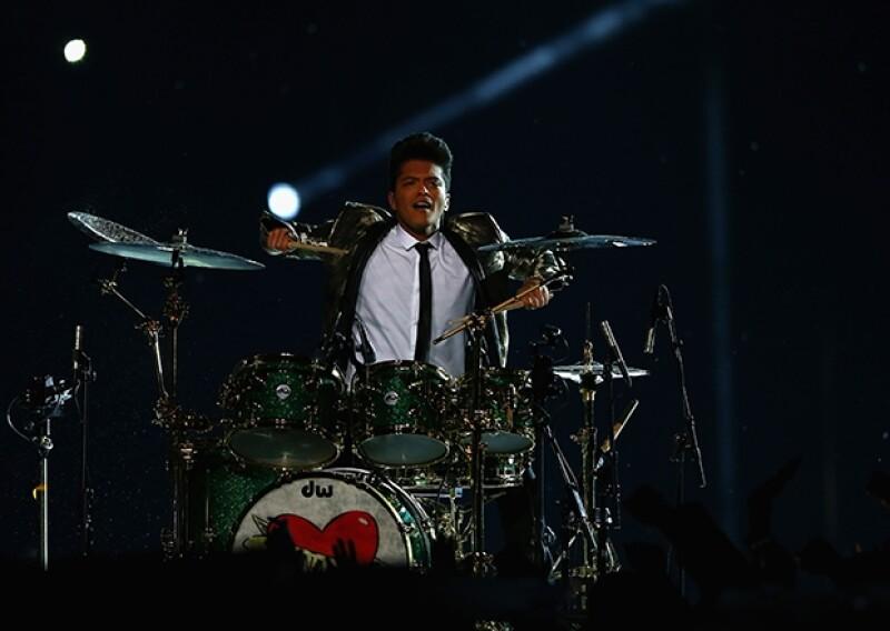 Bruno Mars tocó la batería con mucho estilo.