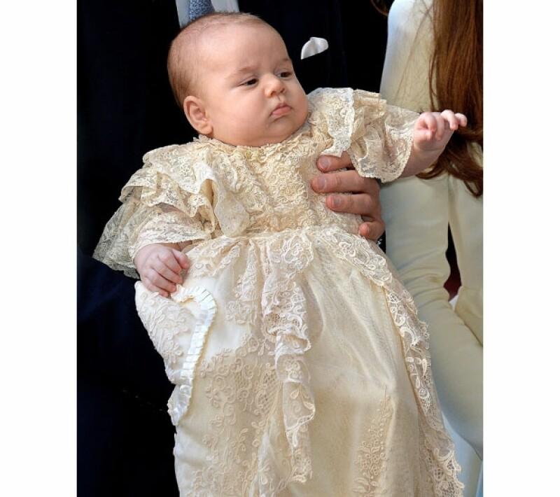 Así de pequeño era el hijo de Kate y Guillermo cuando lo bautizaron. Han pasado 4 meses desde entonces.