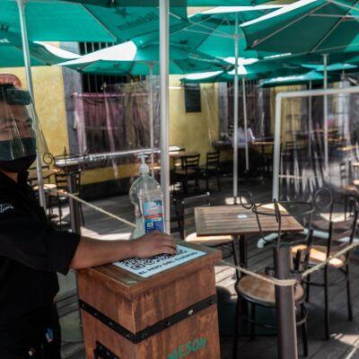 Las mesas separadas y con cortinas de plástico son algunas de las medidas sanitarias que ha implentado el restaurante El hijo del Cuervo