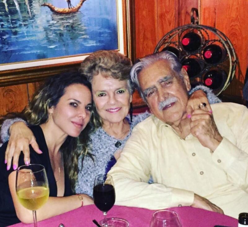 La actriz compartió esta foto junto a sus papás.