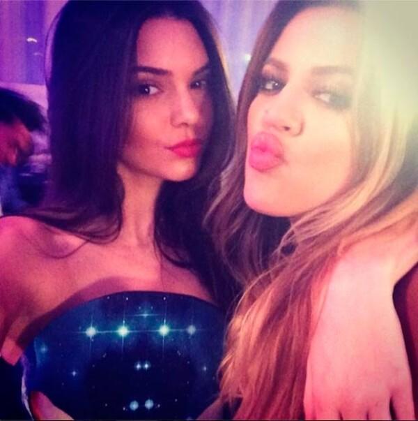 Khloe y Kendall celebrando juntas.