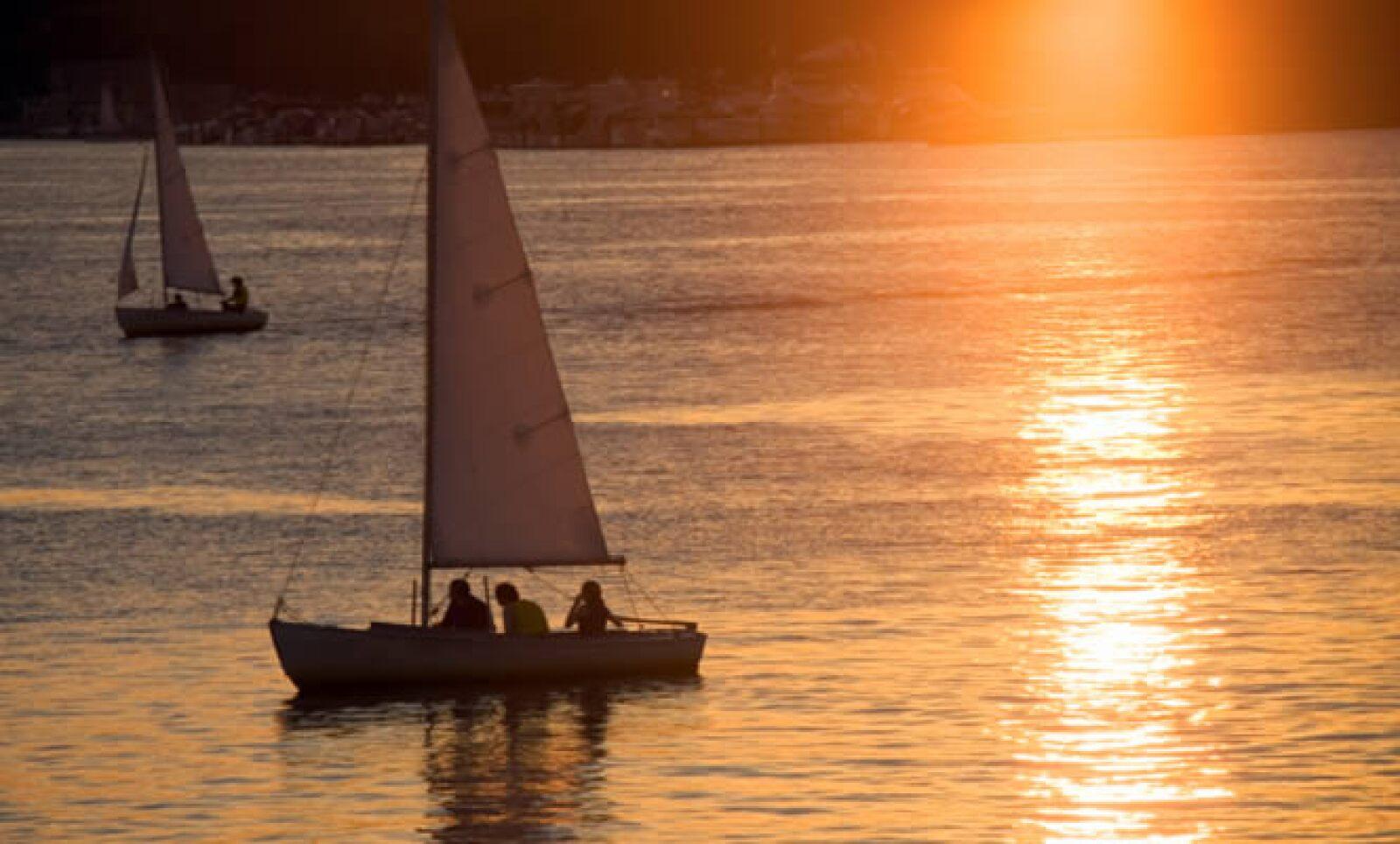 Familias de Boston tienen su propio velero con lo cual terminan de una gran manera el día.