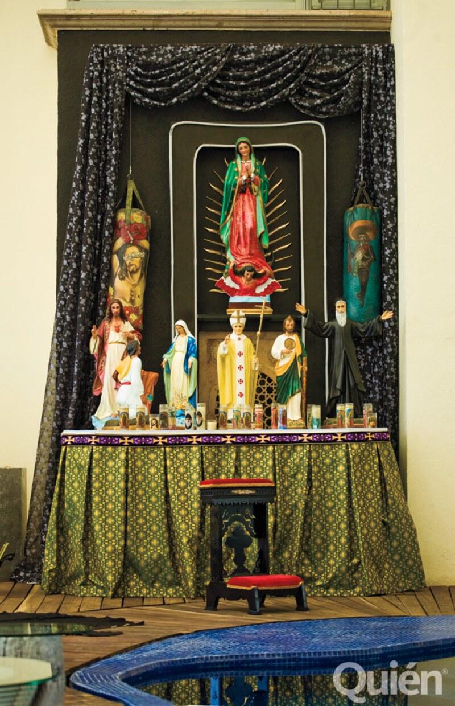DEVOTO. En la alberca hay un altar con una Virgen de Guadalupe y un saco de boxeo con un Cristo, entre otros.