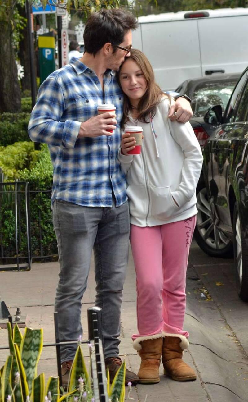 El actor fue captado con su hija por las calles de la colonia Condesa, donde además de cuidar en todo momento de ella, se tomó tiempo para convivir con sus fans.
