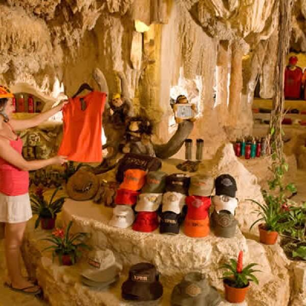 Cuenta también con una tienda de recuerdos intena, que aprovecha las formaciones naturales para el acomodo de productos.