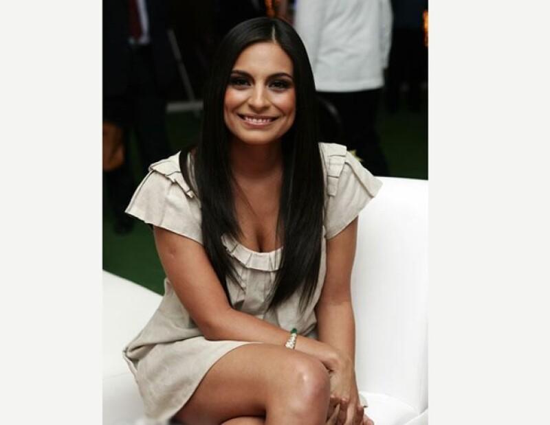 La actriz mexicana aseguró que no tiene un romance con Aarón Díaz, pero que no se cierra las puertas para darle una nueva oportunidad a su corazón.