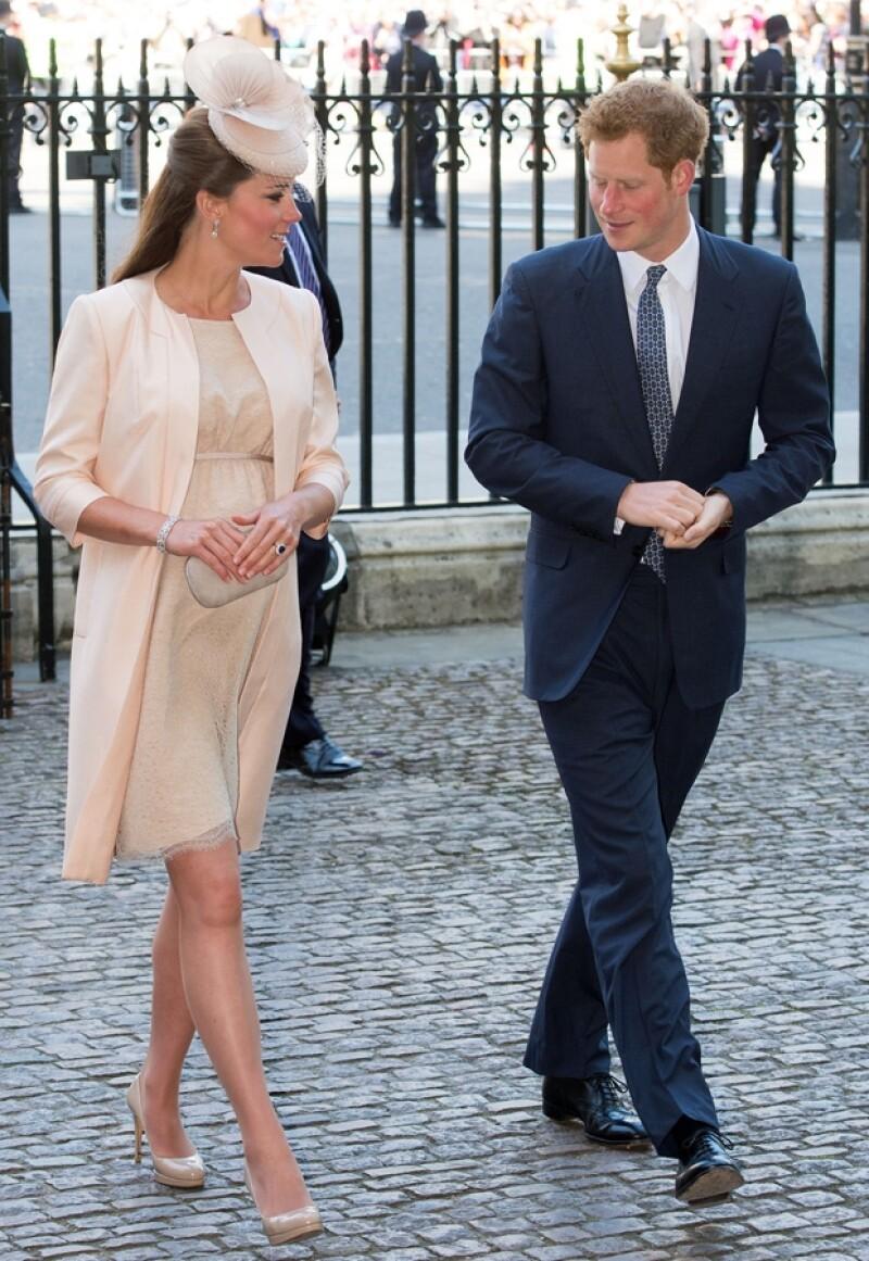 A pesar de estar en la última etapa de su embarazo, la duquesa de Cambridge se atrevió una vez más a usar sus zapatos consentidos: unos tacones de 12 centímetros.