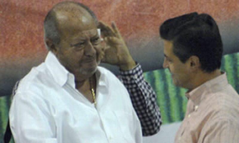 El líder petrolero Carlos Romero durante un acto con el candidato presidencial Enrique Peña N Nieto. (Foto: Notimex)