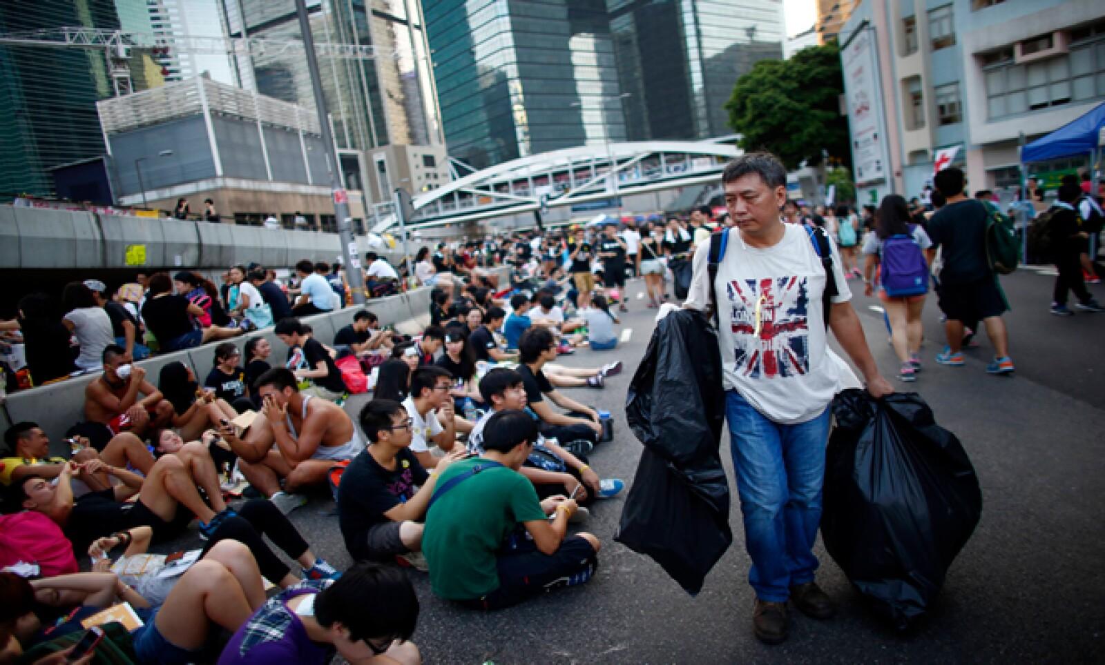 Algunos de los manifestantes se encargan de mantener las calles limpias.