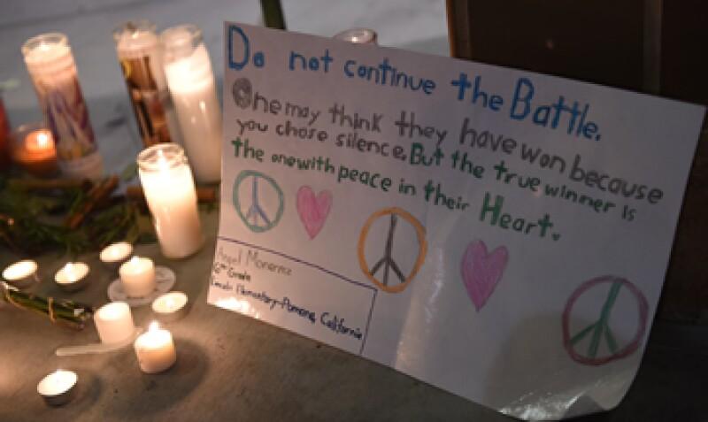 16 personas, incluidos los atacantes, fallecieron durante el tiroteo a un centro para personas con discapacidad en esta comunidad californiana. (Foto: AFP)