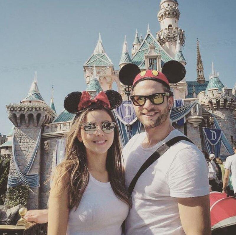 Qué mejor manera de celebrar el día del niño que como lo hizo la pareja de actores: en Disney y con todo y orejas de Mickey y Minnie.