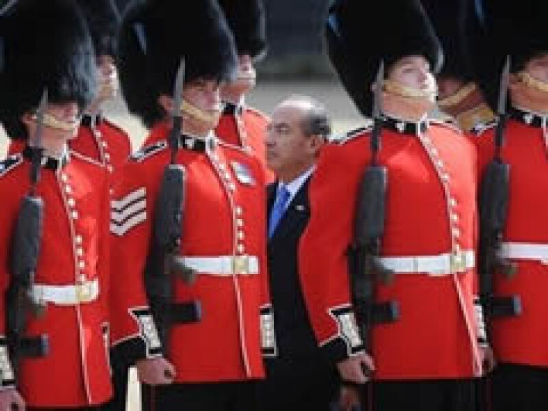 Felipe Calderón llegó este lunes a Gran Bretaña para participar en la cumbre del G20. (Foto: AP)