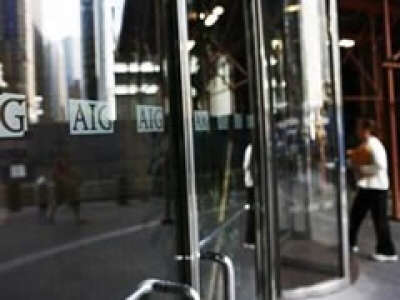El gobierno de EU ayuda a la aseguradora AIG a sanear sus finanzas. (Foto: Archivo)