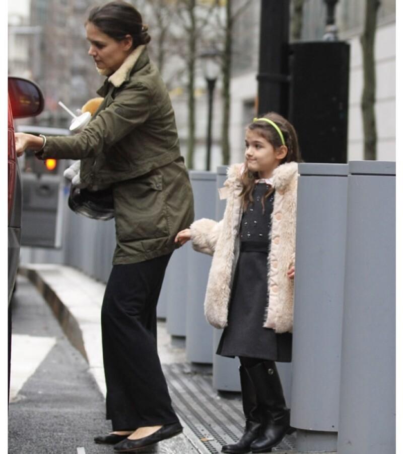 La pequeña salió a las calles de Manhattan para ir a tomar una malteada en compañía de su mamá, quien a diferencia de ella, se mostró poco preocupada por su estilo.