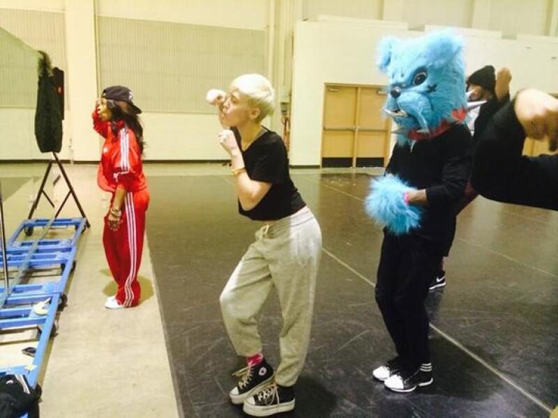 """Mediante Twitter la cantante ha compartido algunas imágenes de su próxima gira llamada """"Bangerz Tour"""" donde, entre otras cosas, habrá un hot dog gigante y al parecer, mucho baile."""