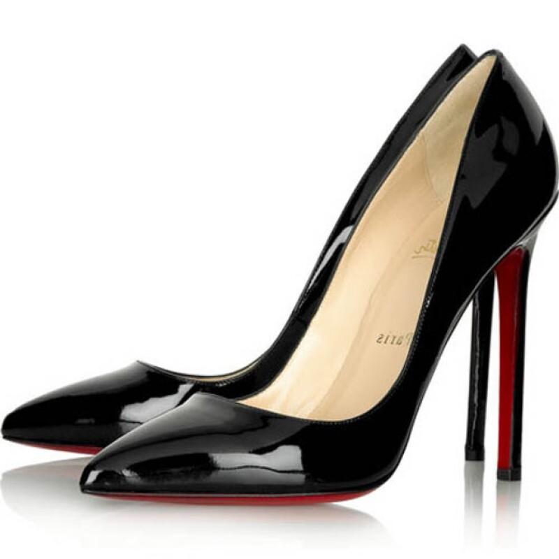 Una señora que usaba high heels quedó atrapada en las escaleras, finalmente se cayó y a las tres horas de su accidente murió.