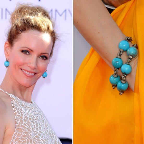 Leslie Mann contrastó su atuendo amarillo con unas bolsa en color turquesa de Lorraine Schwartz.