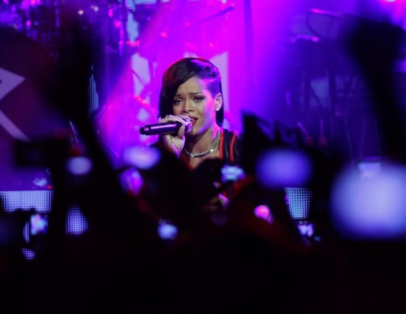 La cantante apareció en el escenario a las 10:30 pm.