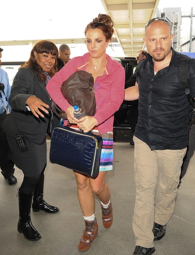 La cantante fue captada en el Aeropuerto Internacional de Los Ángeles luciendo un cuestionable outfit.