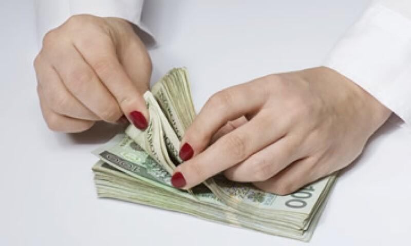 A la compra, el dólar se ubica en 15.86 pesos en bancos. (Foto: Reuters)